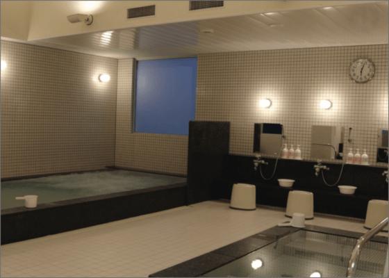 広々として清潔感のある更衣室とスパエリアイメージ